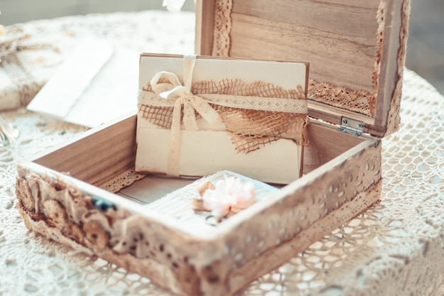 素朴なsで装飾されたボックス内の文字で繊細な構成