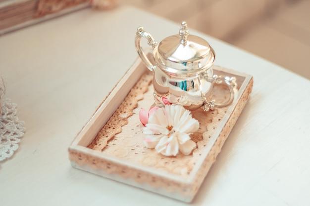 素朴なsで飾られた花瓶と花の繊細な構図