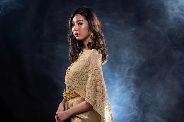 暗いs煙でタイの伝統的なドレス