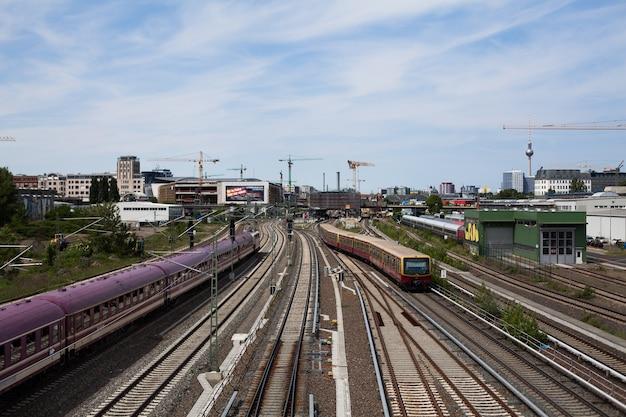 電車とsバーンの鉄道トラック、ベルリンのシティパノラマとテレビ塔付き