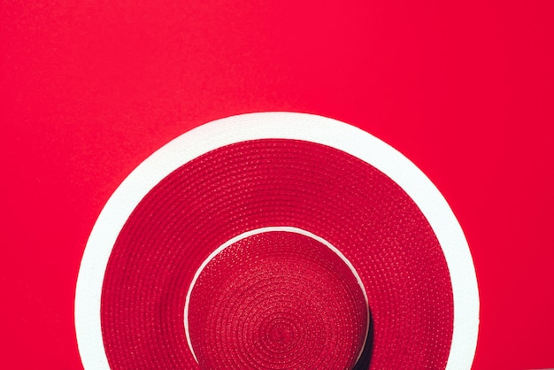 コピースペースで用紙の背景の上の赤いストライプレトロ帽子の平面図です。 s
