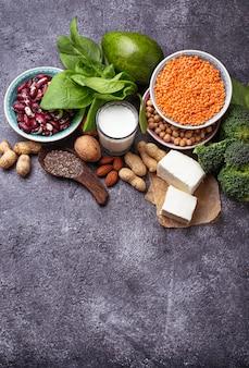 レンズ豆、ひよこ豆、ナッツ、豆、ほうれん草、豆腐、ブロッコリー、チアシード。たんぱく質のビーガン源s
