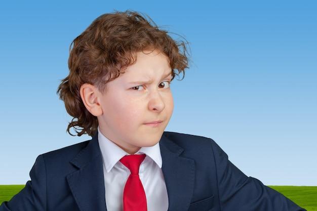 S疑わしい、用心深い子少年の肖像画をクローズアップ