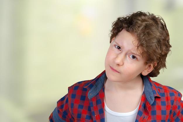 S疑わしい、慎重な子少年の肖像画をクローズアップ