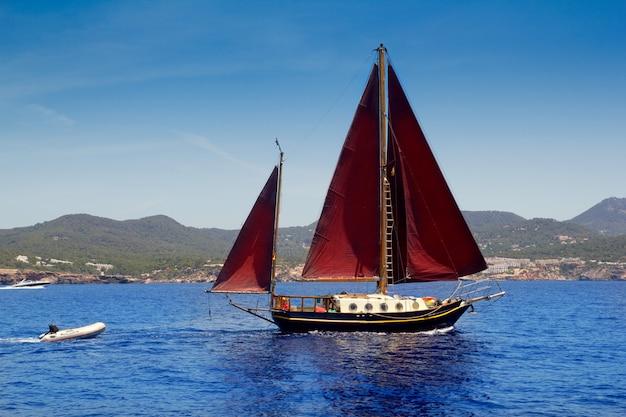 Sa talaiaの海岸でイビサ赤ヨット