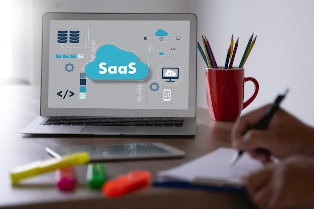 Saasデジタルタブレット画面を探している思いやりのある男性人saasインターネットとテクノロジー