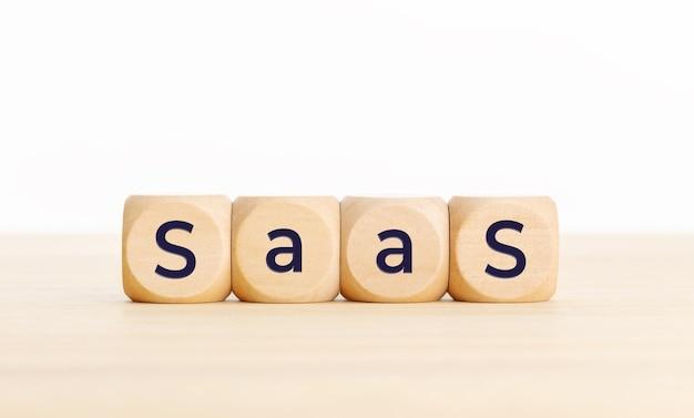テーブルの上の木製のブロックにsaasの言葉。コピースペース