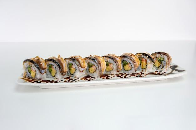 サバのスモーク入りアボカド、たまご、かに、きゅうりの漬物巻き、照り焼きソース