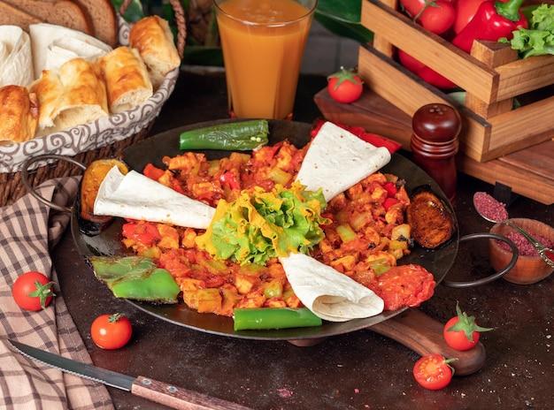 Sac ici азербайджанская еда с нарезанными овощами и лавашем