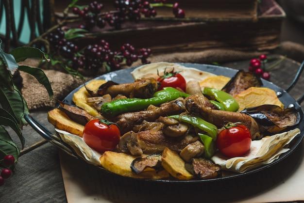 Кавказская еда sac ici со смешанными ингредиентами.