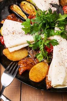 Sac ici、揚げ肉と野菜の伝統的な白人の食事、ラヴァッシュ添え