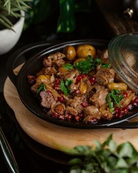 Sac qovurmasi、トゥルシュgovurma、ハーブ入り黒嚢内の地元料理
