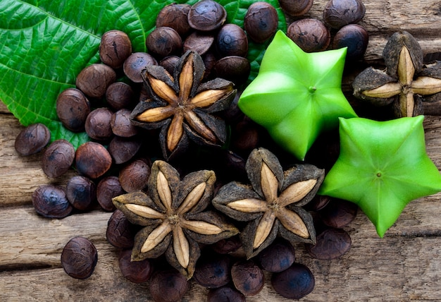 木製のテーブルにsacha-inchiピーナッツのドライカプセル種子フルーツ