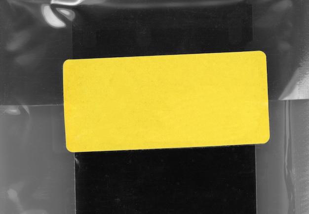 黄色のタグラベル付きの小袋
