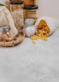 Мешок с макаронами и другими ингредиентами