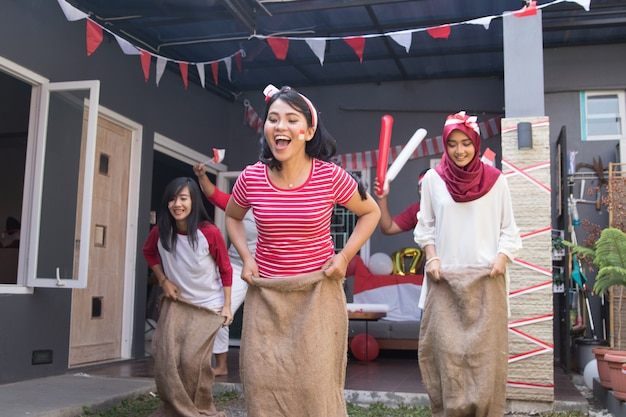 Sack race во время дня независимости индонезии