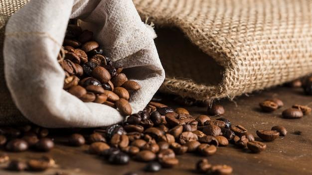 책상에 원두 커피와 자루