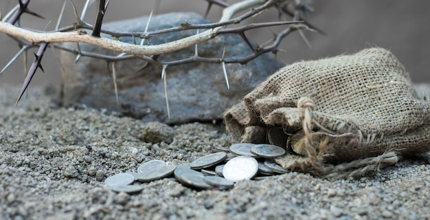 ユダの裏切りの30の銀のコインの聖書のシンボルが付いている袋
