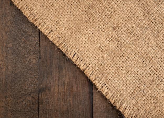 Вретище, мешковина из мешковины на деревянном фоне с копией пространства, вид сверху