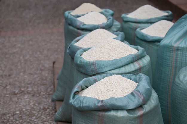 아침 시장 루앙프라방 라오스에서 쌀 자루.