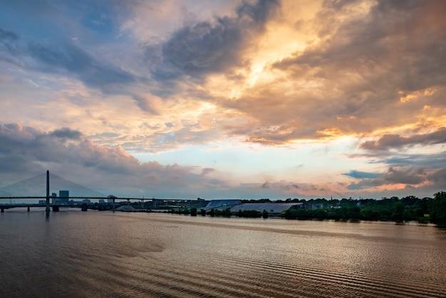 Река сакраменто с мостом золотые ворота над ней во время красивого заката в сан-франциско, сша.