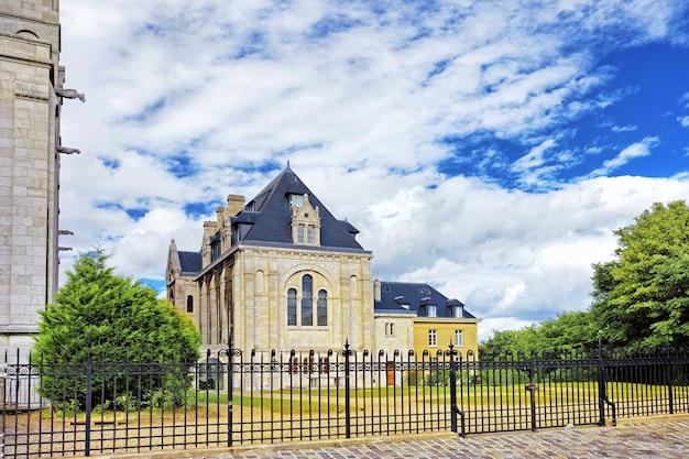 夕暮れ、パリ、フランスのモンマルトルヒルにあるサクレクール寺院エリア