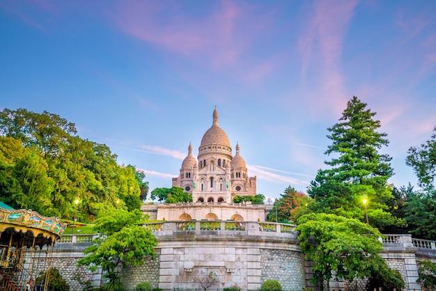 Собор сакре-кер на холме монмартр в париже, франция