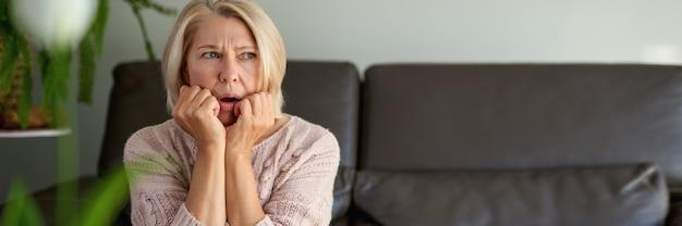 소파에 앉아 슬픈 성인 여자