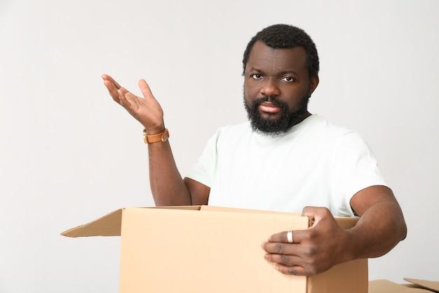 白の悲しいアフリカ系アメリカ人男性オープニングボックス