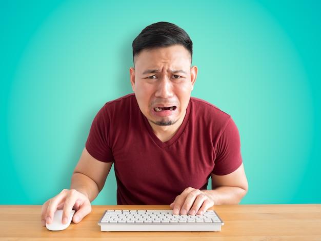 Печальное и плачущее лицо азиатского человека, который провалил свою работу.