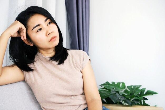 외로운 정신 건강에 불행하다고 생각하는 슬픈 아시아 여성