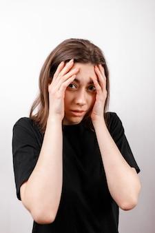 分離された白の動揺悲しいブルネットの女性
