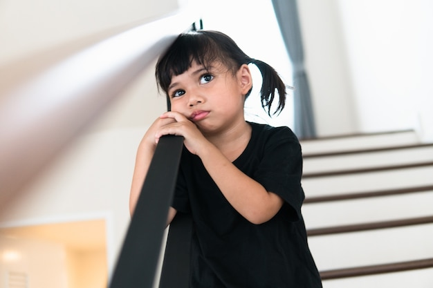 이 아버지와 어머니가 말다툼을 하는 슬픈 아이, 가족에 대한 부정적인 개념.