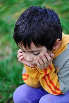 Грустные дети в природе на открытом воздухе