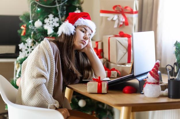 인터넷 쇼핑을 하는 노트북을 보고 있는 슬픈 크리스마스 여자