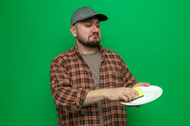 스폰지로 접시를 청소하는 슬픈 청소기 남자