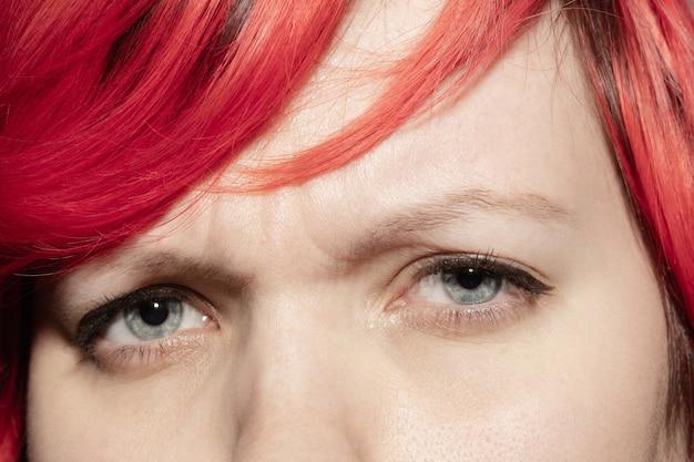 悲しい。美しい白人の若い女性の顔のクローズ アップ、目に焦点を当てます。