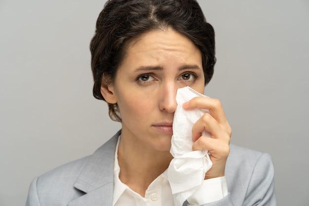 직장에서 해고 된 후 슬픈 우는 좌절 비즈니스 우먼. 회사원 눈에서 눈물을 닦아