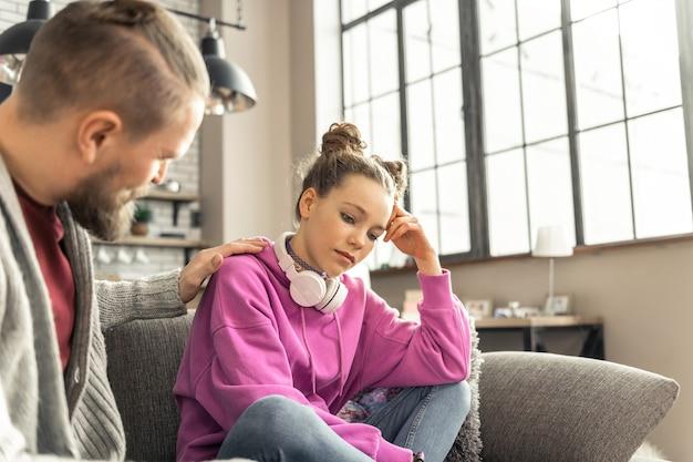슬픈 딸. 학교에서 문제 후 슬픈 느낌 분홍색 셔츠를 입고 십대 딸