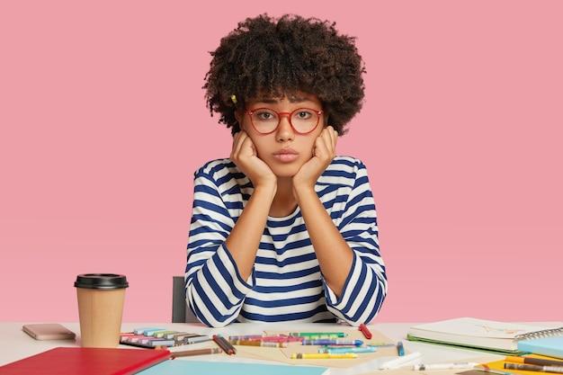 悲しい落胆した女性建築家は、傑作を作成するためのインスピレーションがないため、不幸を感じています