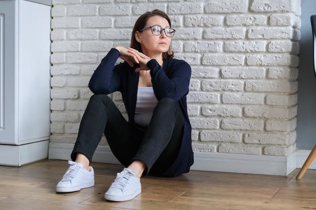 슬픈 우울한 나이 외로운 여자 바닥에 앉아