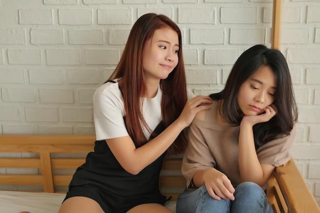 그녀의 돌보는 친구와 함께 슬프고, 우울하고, 좌절하는 여자
