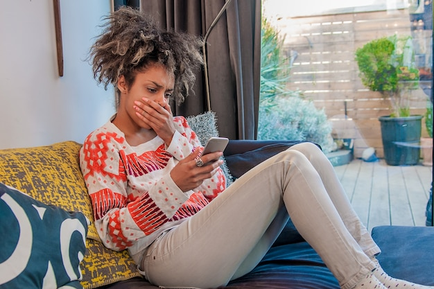 悲しい、落ち込んでいる、不幸な心配の若い女性は電話で話す、否定的な人間の感情、表情、感情、反応。悪いニュース。