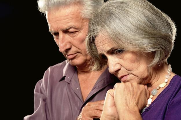 黒の背景に悲しい老夫婦
