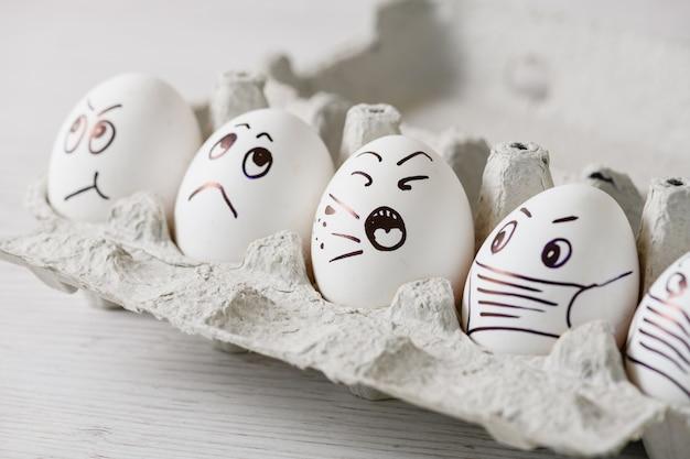 Грустные лица пасхальных яиц на карантин