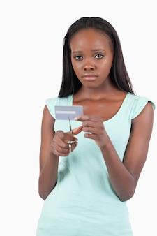 Грустная женщина разрезала свою кредитную карту на куски