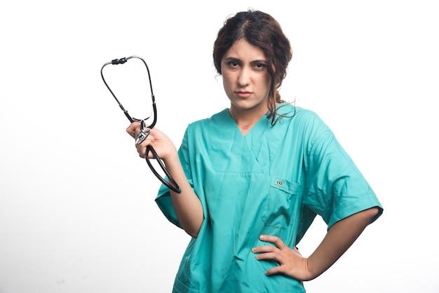 흰색 바탕에 청진 기와 슬픈 여성 의사