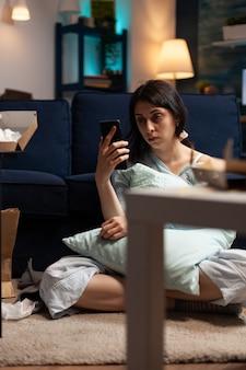 Грустная разочарованная женщина, читающая плохие новости по мобильному телефону, нервничает