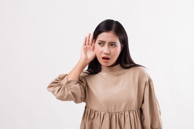 悲しい欲求不満の不幸な女性が悪いニュースに耳を傾けたり、聴覚障害を持っている、聞き取りにくい
