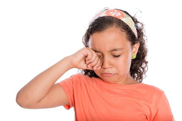 白い背景で泣いている悲しい少女